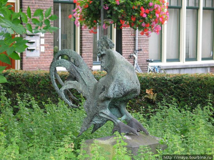 и скульптура петуха