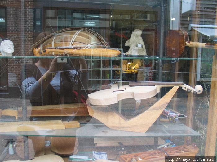 тут создают музыкальные инструменты. В витрине полуготовые скрипка и лютня.