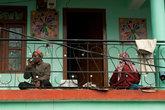 Балконная жизнь деревеньки: на балконе спят в обед и пьют чай