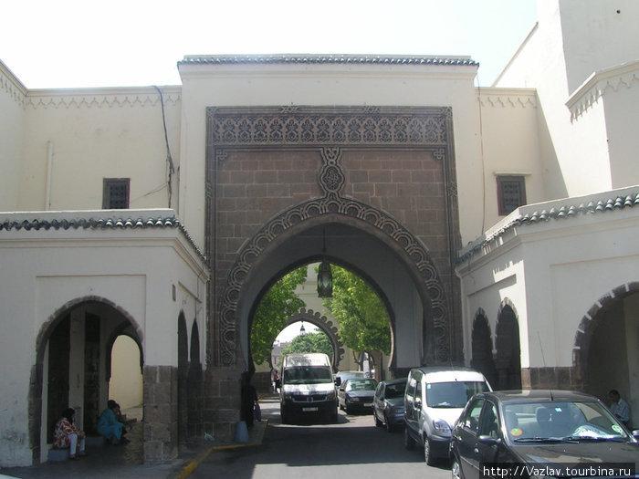 Ворота в Медину оформлены под старину