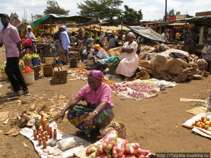 Знахарка на базаре продает альтернативные травы и лекарства