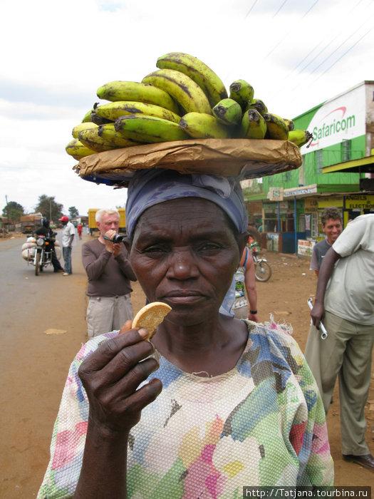 фотомодель  с банановой гроздью