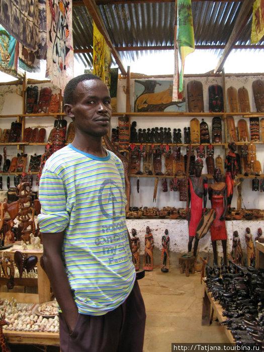 продавец сувениров в придорожном павильоне