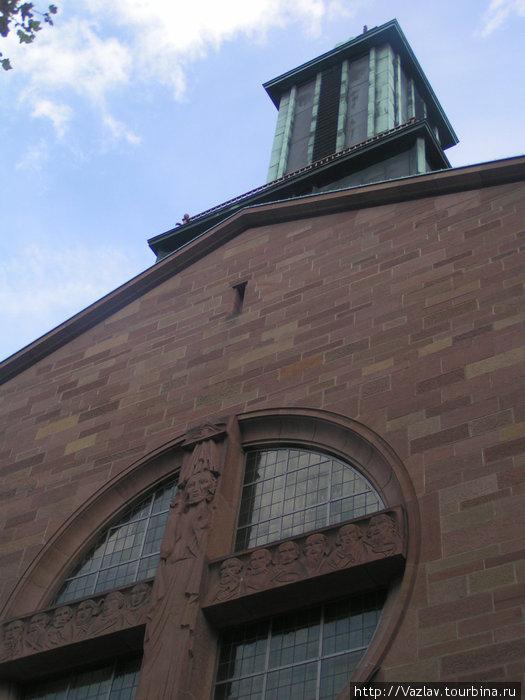 Фрагмент фасада и колокольня