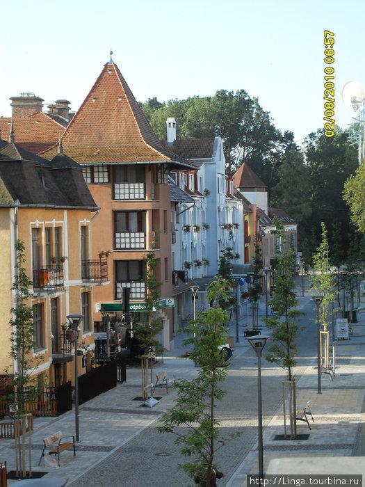 Вид с террасы на пешеходную улицу королевы Эржбеты. В конце улицы начинается прекрасный парк, а за ним — озеро Хевиз, ради которого и приезжают на этот всемирно известный курорт.