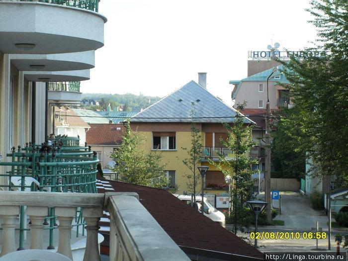 Вид с террасы на перекресток улицы королевы Эржбеты и Сечени.