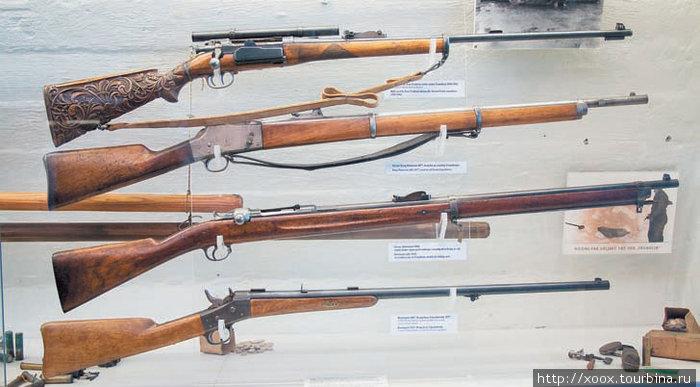 Витрина музея (сверху вниз): карабин И. Фосхейма; карабин Krag Petterson 1877; карабин Jahrmann rifle 1884 из которого полярники добывали тюленей и ружьё Ф. Нансена – Remington 1867