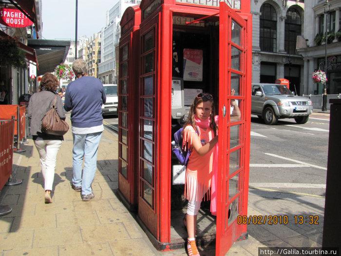 Диана,позвонила маме в Израйль из знаменитой красной будки.