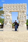 Эта скульптура на смотровой площадке  отображает  библейские события:падение Иерихона от звучания труб,жертвоприношение  Исаака,сон Якова.Есть  и другое определение- Врата Веры .