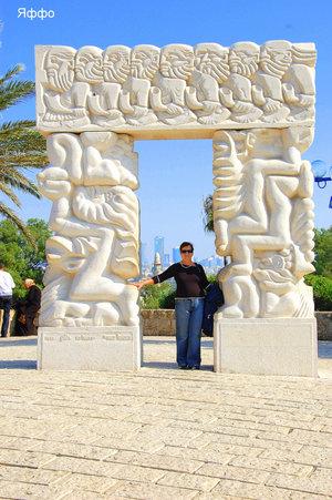 Эта скульптура на смотровой площадке  отображает  библейские события:падение Иерихона от звучания труб,жертвоприношение  Исаака,сон Якова.Есть  и другое определение-