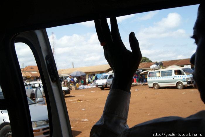 Водитель. Движение в Уганде левостороннее.