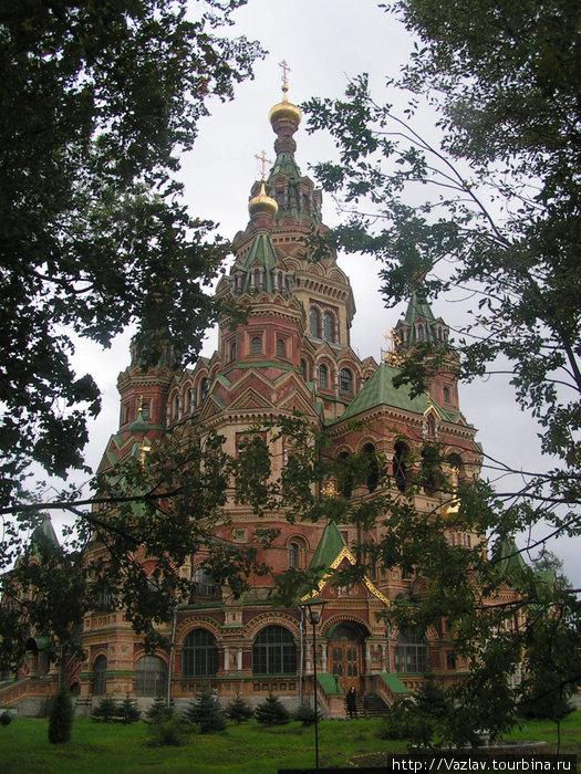Вид на собор из прилегающего сада