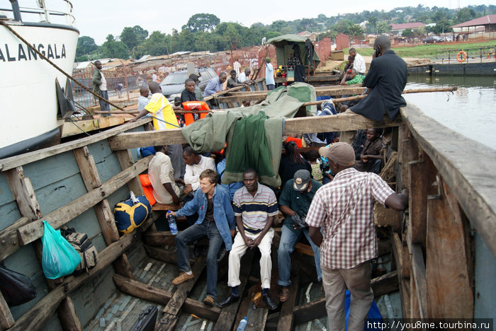 общественный транспорт — лодка в Калангалу (о-ва Ссесе)