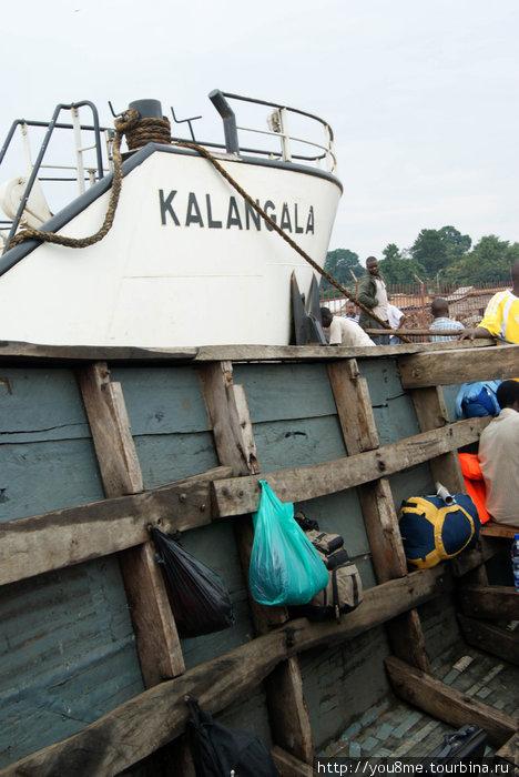 Нам повезло — этот транспорт в Калангалу временный. Рядом пароходик, который чинится.