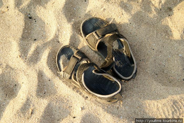 мои сандалии, зашитые угандийским сапожником за 8 рублей :)