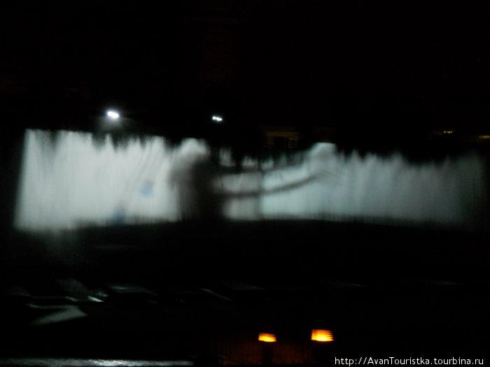 Стена из воды и кадры из фильма на ней
