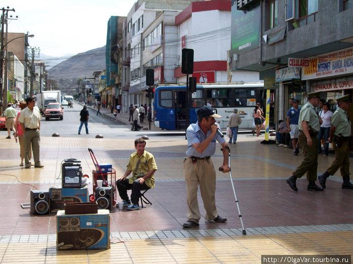 Уличный певец на пешеходн