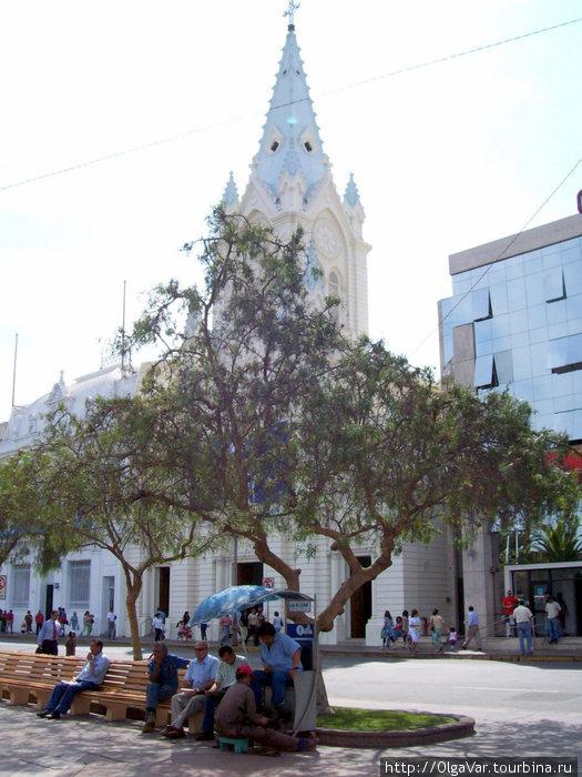 Сквер на площади Плаза де Колон