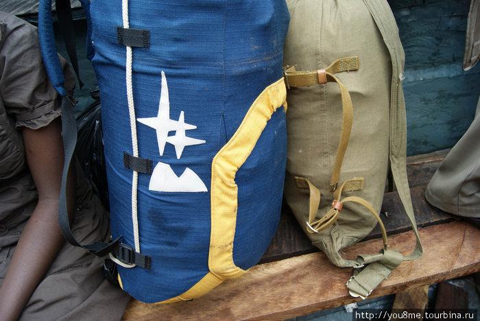 На лодке. Теперь наши рюкзаки уже не так мало весят, там добавились сувениры, фрукты и камешки с озера Виктория.
