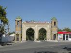 Выездные ворота города (новодел). Курган-Тюбе новый город,  без особой экзотики, но на 1 день поехать в него можно.