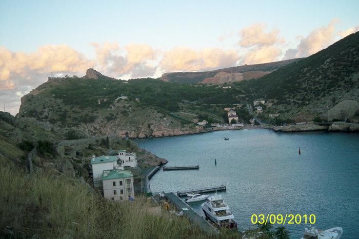 Балаклавская бухта с высоты 1го уровня крепости Чембало, выход из бухты в море