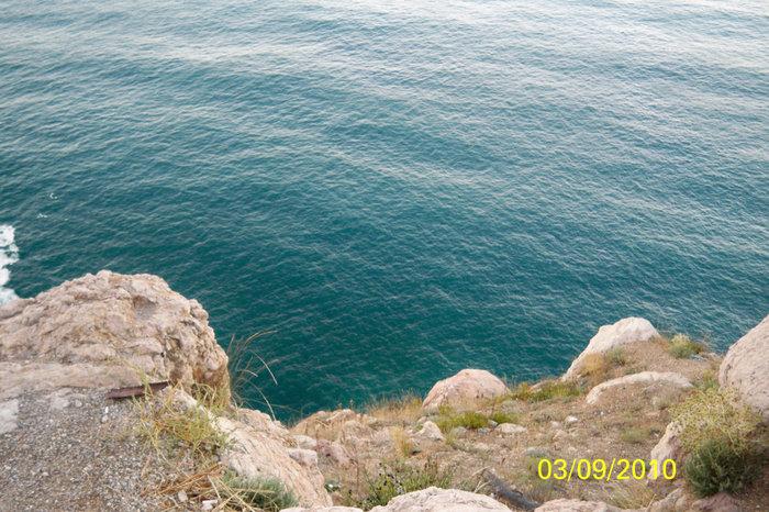 Вид вниз со скалы от третьего уровня крепости Чембало. Отсюда во времена Великой отечественной войны немцы сбрасвали в море советских моряков.