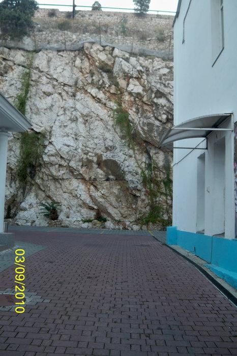 Дома и скалы на улицах Балаклавы