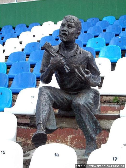 Памятник болельщику на стадионе