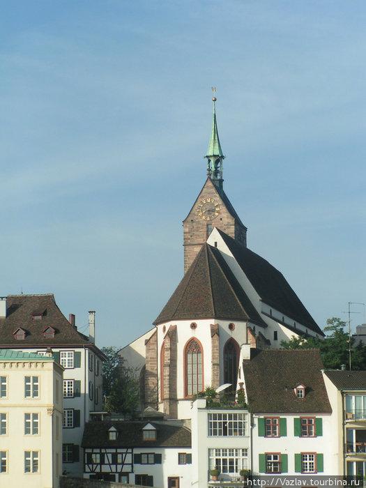 Массивное здание церкви