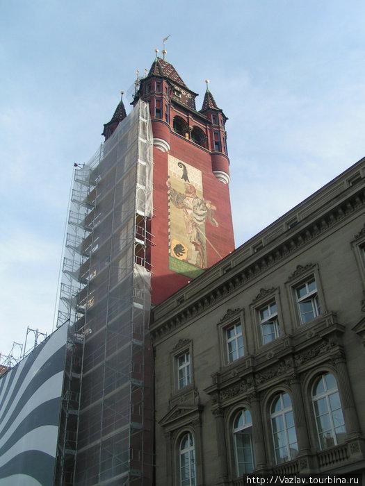 Башня ратуши сейчас на реконструкции