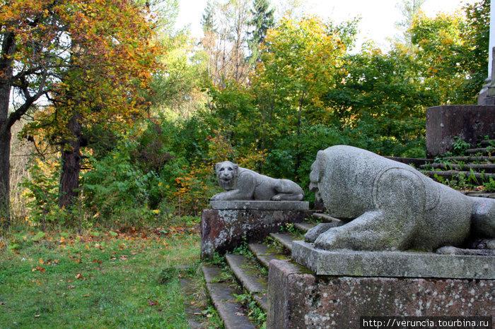 Каменные львы у входа заброшенной усадьбы.