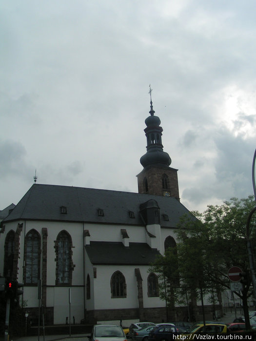 Разница стилей здания и башни очевидна