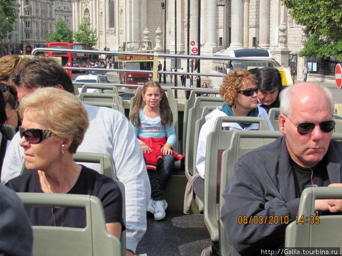 На прогулочном автобусе.