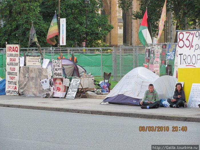 Бастующие напротив Вестминстерского дворца.