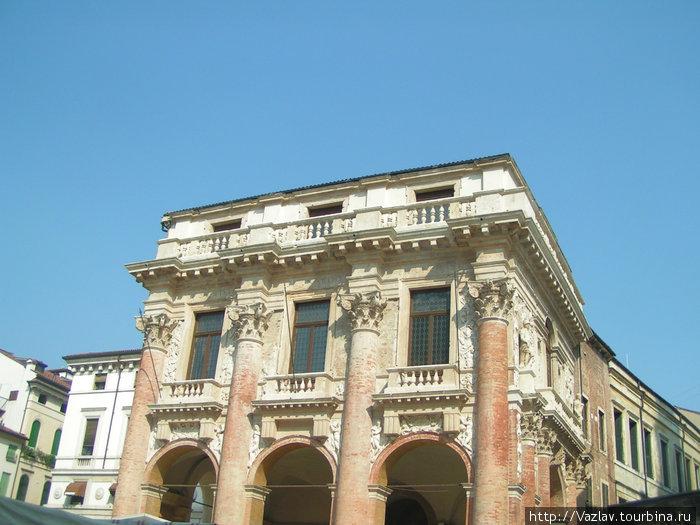Вид на дворец с площади. Первый этаж загораживают торговые палатки