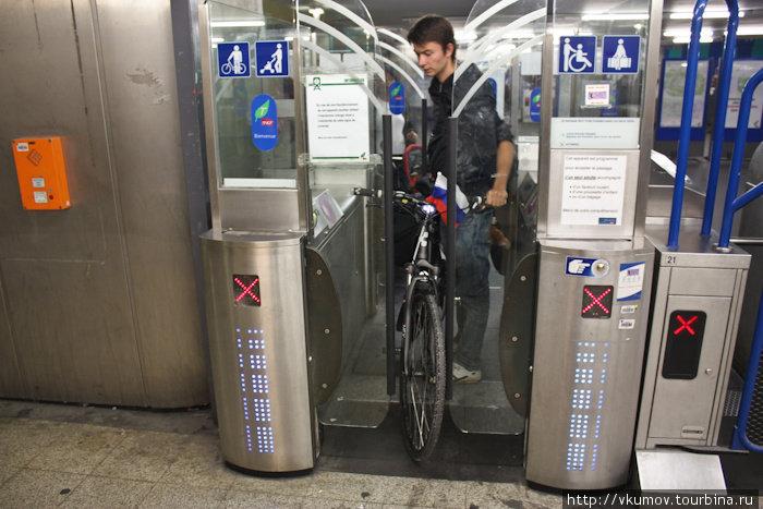 Очень неудобная система входа в метро с велосипедом.