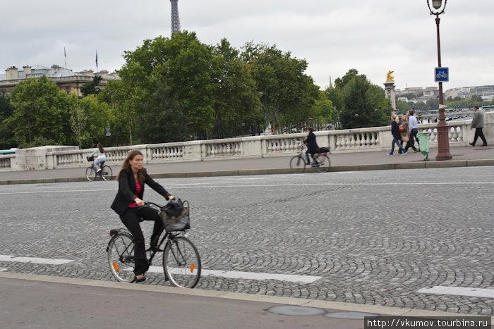 К сожалению, погодные условия не позволили сделать нам достаточного количества фотографий велосипедистов Парижа, но надеюсь, поверите.