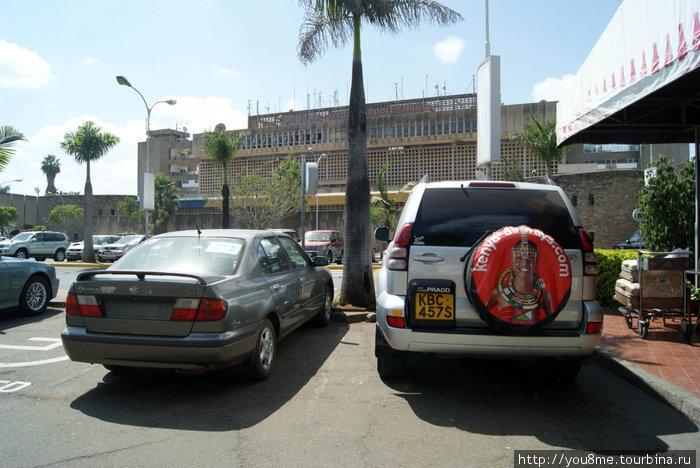 машины в ожидании туристов