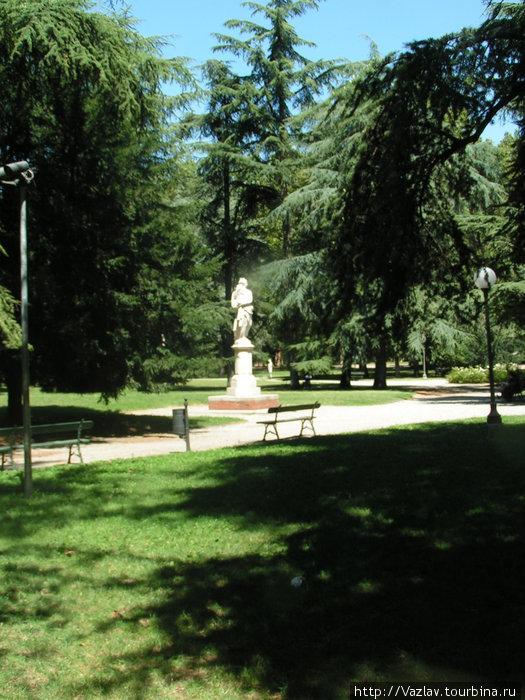 Дорожка и скульптура