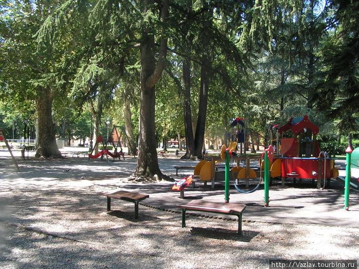 От детской площадки лучше держаться подальше