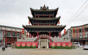 На центральной площади города по традиции находится пагода.