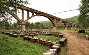 Пасечники кочующие по провинции расположились под одним из акведуков.