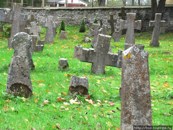 На кладбище берёт оторопь. Тут только клипы Милен Фармер снимать.