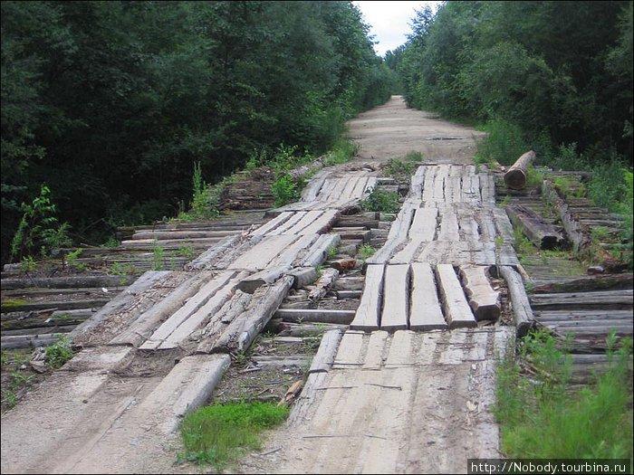 А это — один из самых крепких мостов. По большиству же тамошних мостиков грузовику не проехать. Объезжают прямо по рекам.