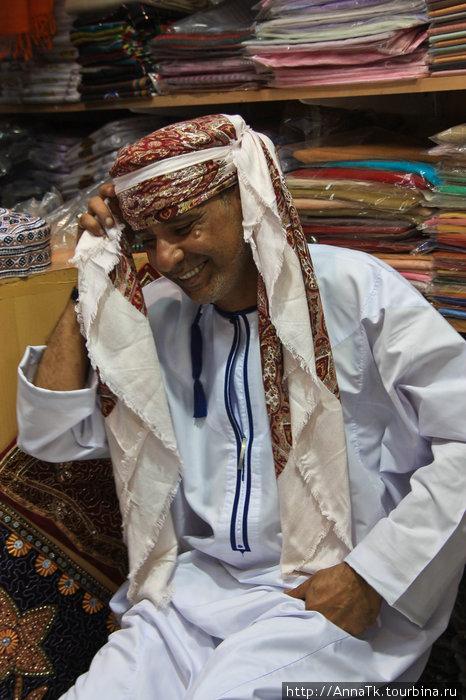 Хозяин сувенирной лавки учил нас правильно повязывать платок. Он немного засмущался, но один раз разрешил себя сфотографировать