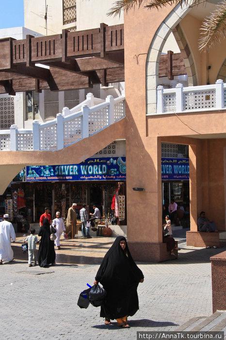 Женщины Омана, конечно же, как и все мусульманки ходят с покрытой головой (лихаф – головной платок) и также как эмиратки одеты в свободного покроя дишдаши. Жительницы провинций часто одевают яркие, пестрые платки и платья и реже закрывают лицо полностью