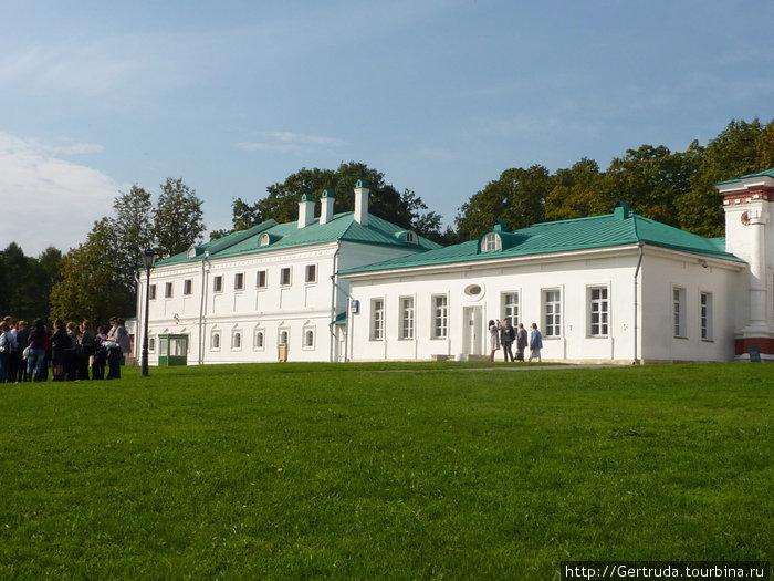 Приказные палаты рядом с дворцовыми воротами
