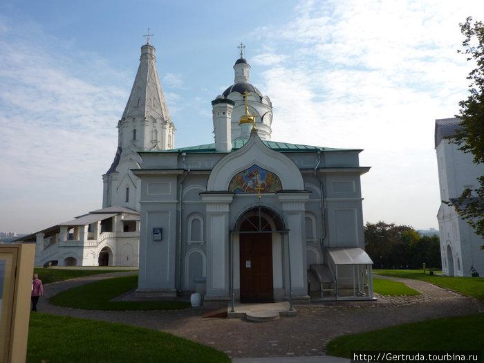 Церковь Георгия Победоносца, за ней возвышается Храм Вознесения