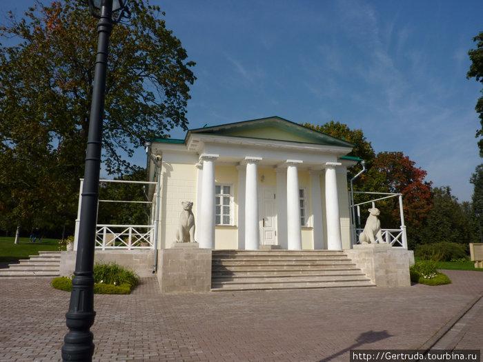 Дворцовый павильон постройки 1812 года , со львицами у входа.