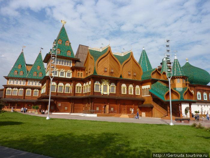 Дворец такой большой, что снимать его пришлось отдельными частями.Это уже часть дворца для царицы.